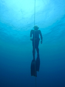 Another solid performance during an #SSI Level 1 freediving course with Vendicks bagging a breath hold of nearly 3 minutes, diving consistently to 20 meters (66 feet), and cruising through the academics and the rest like a rockstar! Congratulations, Vendicks!